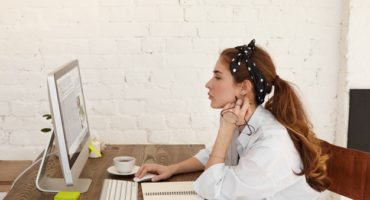 joven-bloguera-en-silla